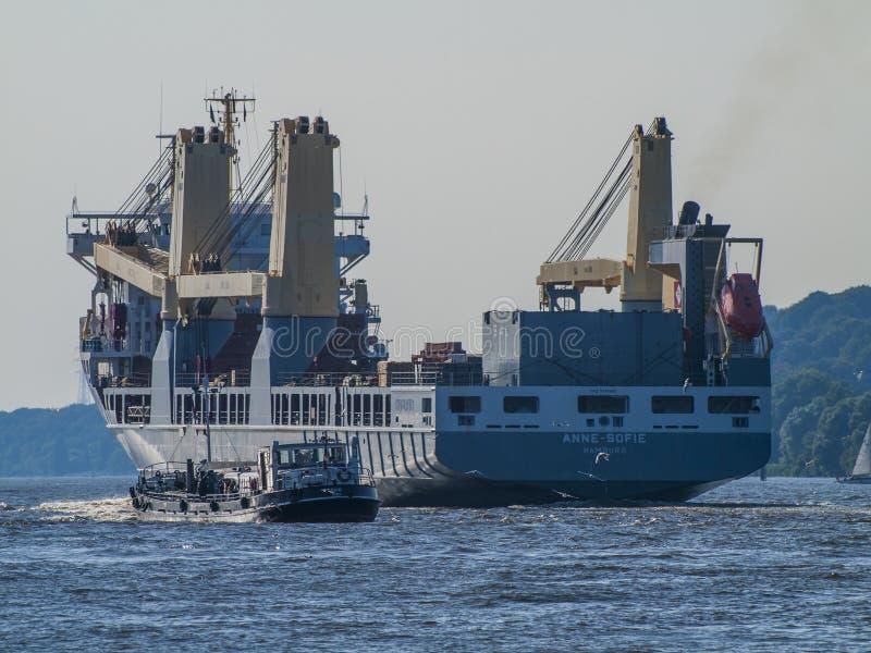 Navio que sae do porto de Hamburgo fotografia de stock