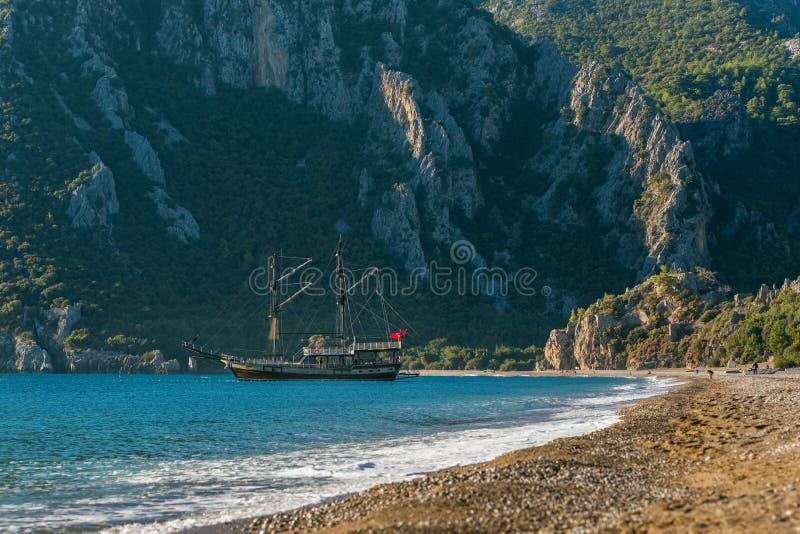 Navio turco tradicional Gulet na baía de Cirali na costa mediterrânea, Turquia foto de stock royalty free