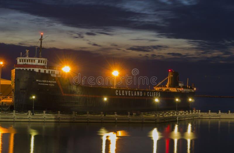 Navio a vapor William G Mather Museum - noite fotografia de stock royalty free