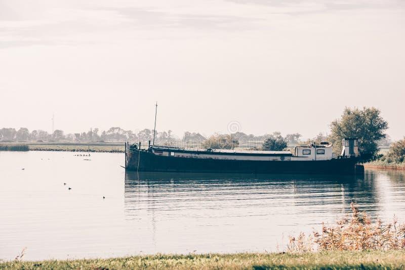 Navio velho em um porto de uma vila holandesa fotografia de stock royalty free