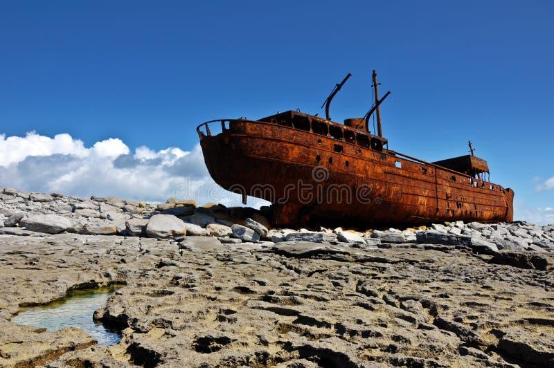 Navio velho fora da costa oeste ireland imagens de stock