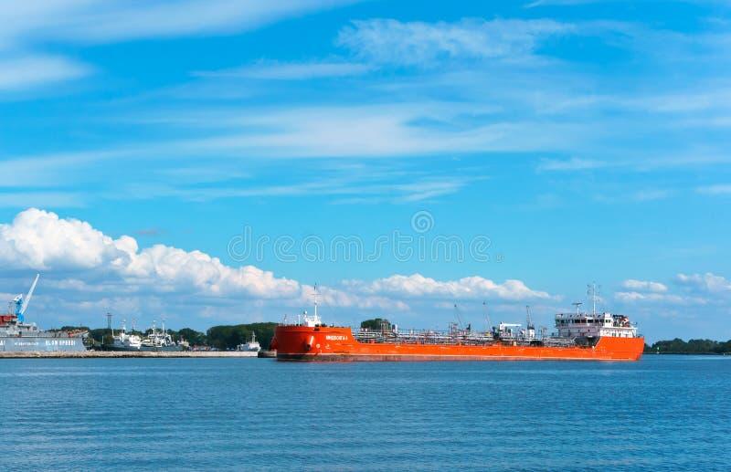 Navio vermelho longo, carga seca ou navio de recipiente imagem de stock royalty free