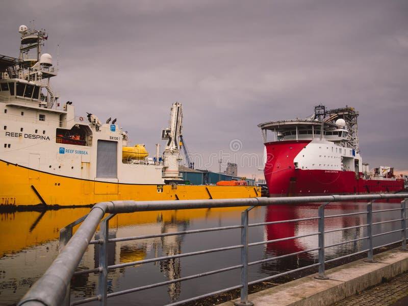 Navios à espera da segurança da embarcação a pouca distância do mar imagens de stock