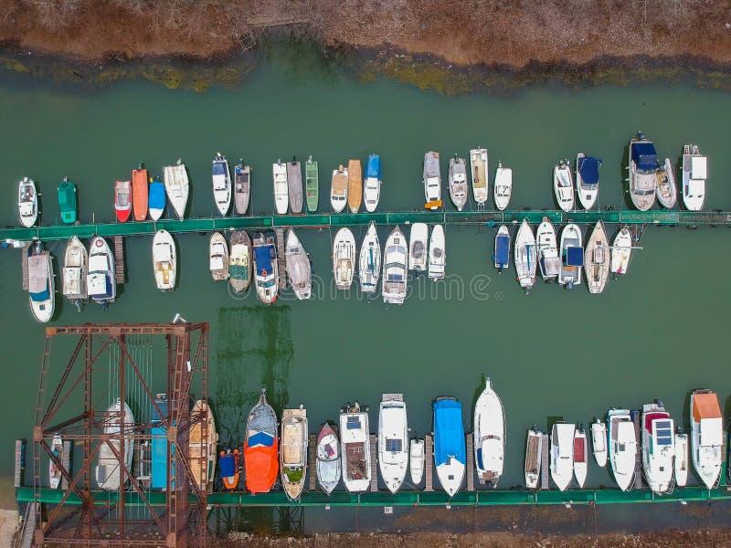 Navios abandonados perto da planta de aquecimento em Belgrado foto de stock