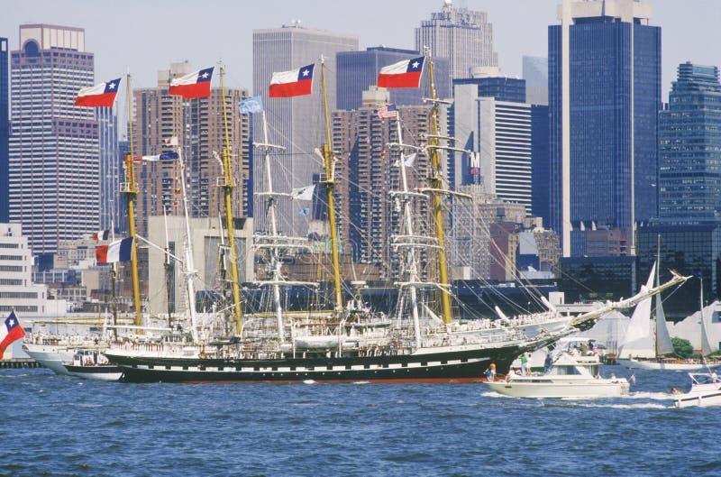 Navios altos que navegam abaixo de Hudson River durante a celebração de 100 anos para a estátua da liberdade, o 4 de julho de 198 fotografia de stock royalty free