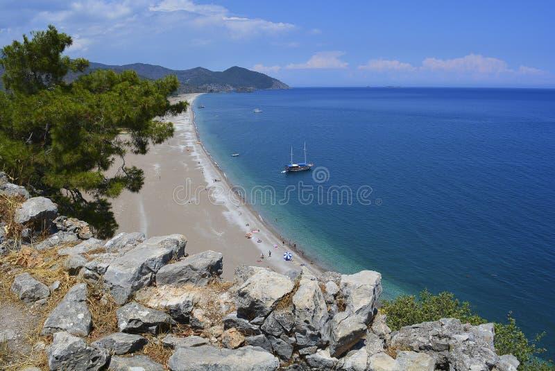 Navios da árvore da rocha do mar da praia no tempo ensolarado imagens de stock royalty free