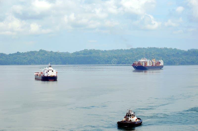Navios de carga no lago Gatun, Panamá foto de stock