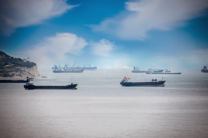 Navios de carga no porto Estão esperando os bens e os recursos a ser carregados imagem de stock royalty free