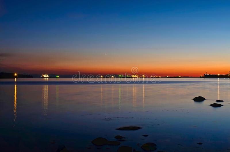 Navios de carga no porto perto de Vancôver na noite fotos de stock royalty free