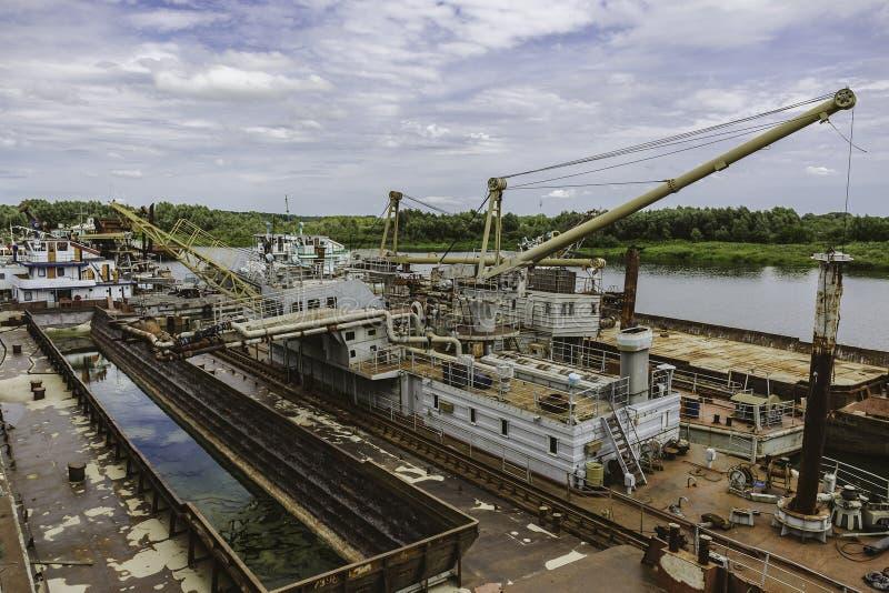 Navios de carga quebrados abandonados oxidados velhos, cemitério do navio foto de stock