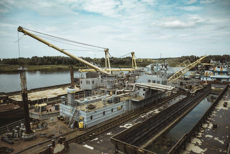 Navios de carga quebrados abandonados oxidados velhos, cemitério do navio fotografia de stock