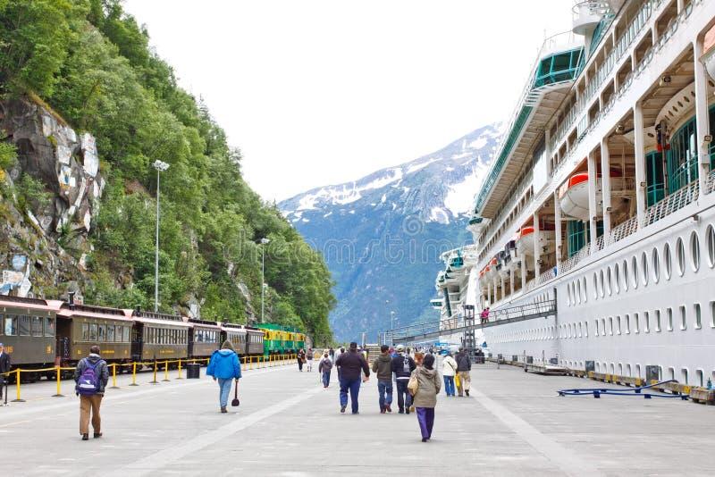 Navios de cruzeiros da doca da estrada de ferro de Alaska Skagway imagem de stock royalty free