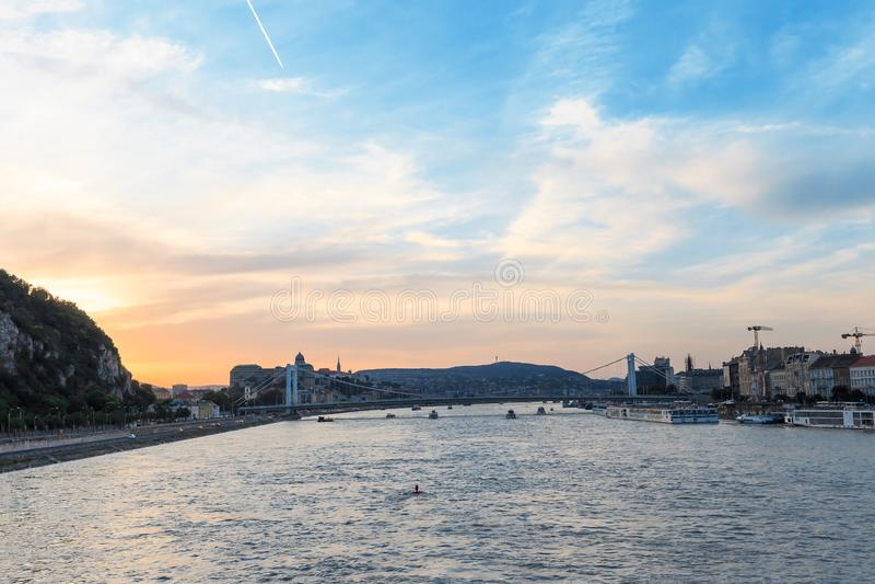 Navios de cruzeiros em Danube River no por do sol em Budapest, Hungria foto de stock royalty free