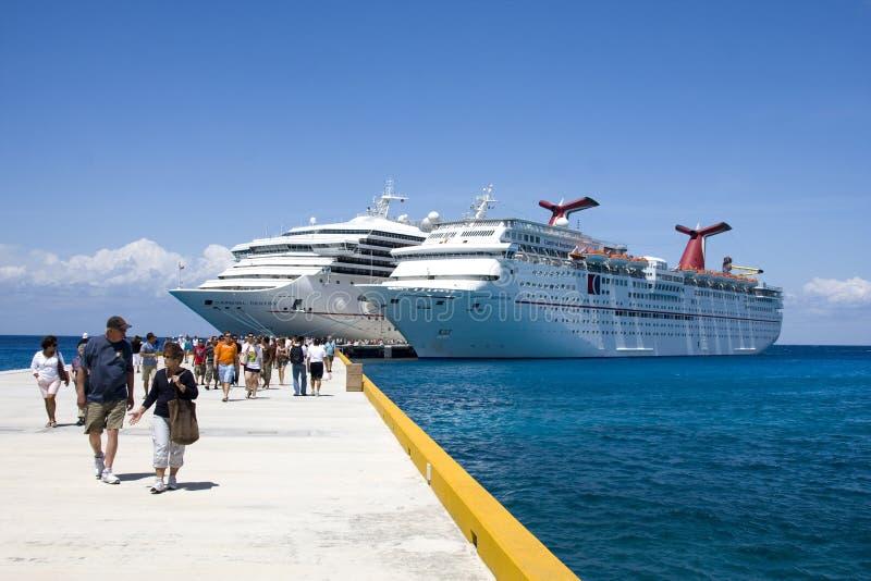 Navios de cruzeiros na porta imagens de stock royalty free