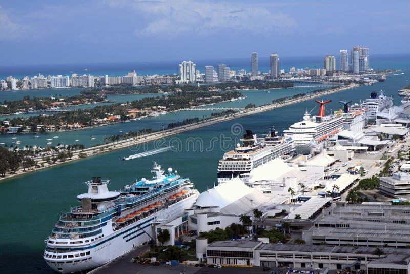 Navios de cruzeiros na porta de Miami fotografia de stock royalty free