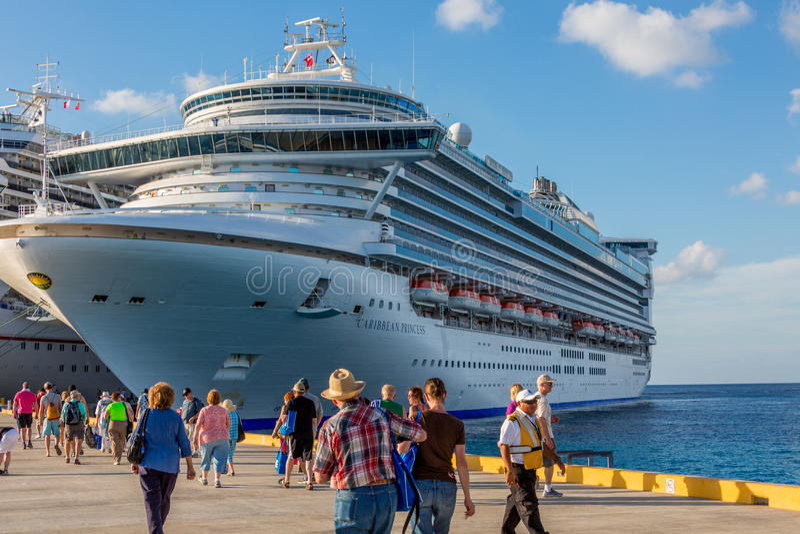 Navios de cruzeiros no porto fotografia de stock