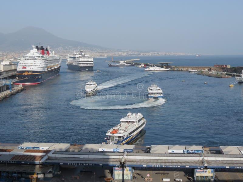 Navios de cruzeiros no porto em Nápoles fotos de stock