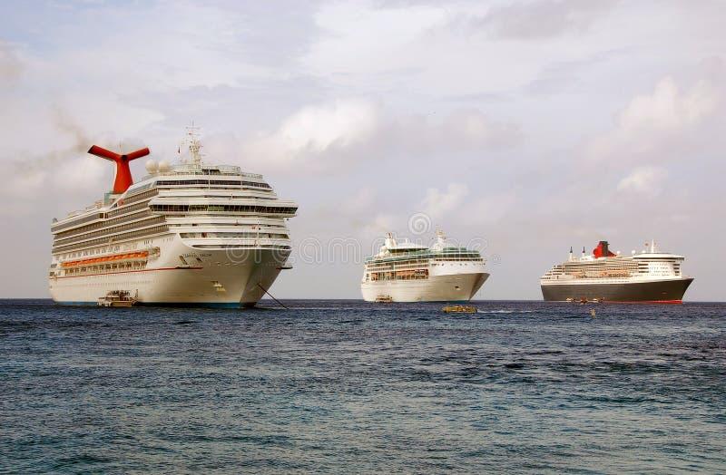 Navios de cruzeiros que visitam o caimão grande imagem de stock