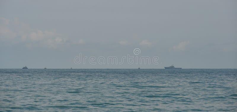 Navios de guerra da marinha que correm no mar fotografia de stock