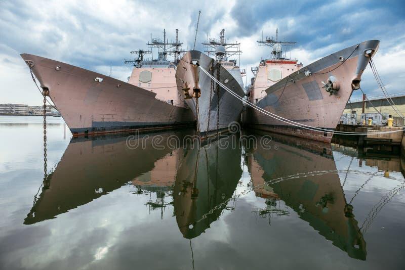 Navios de guerra dos E.U. Navi na doca Cruzadores do míssil teleguiado da égide da classe de Ticonderoga fotografia de stock royalty free