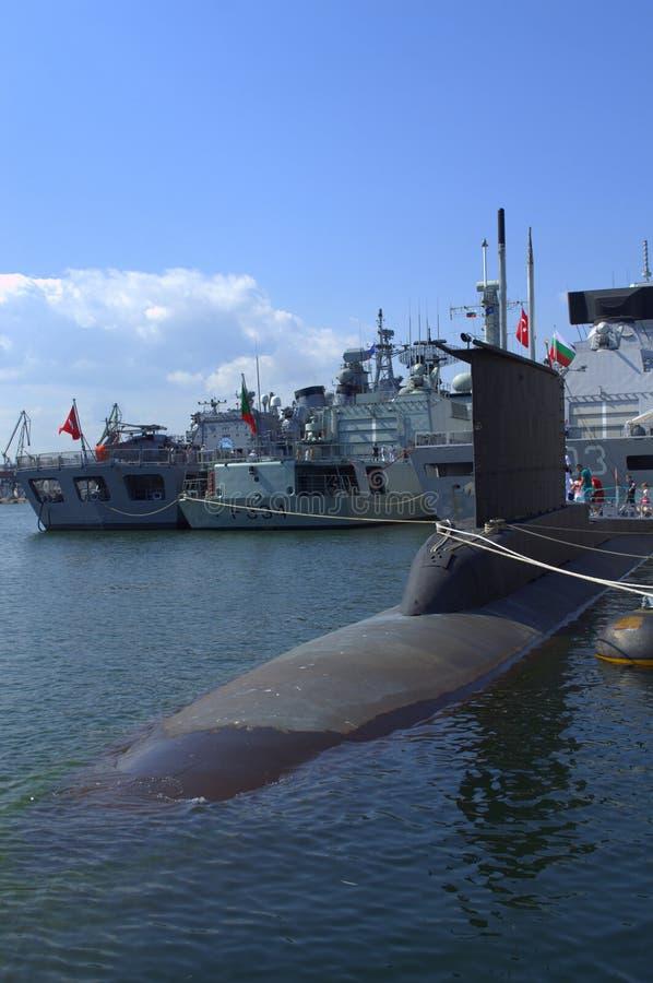 Navios de guerra e submarino da OTAN imagens de stock