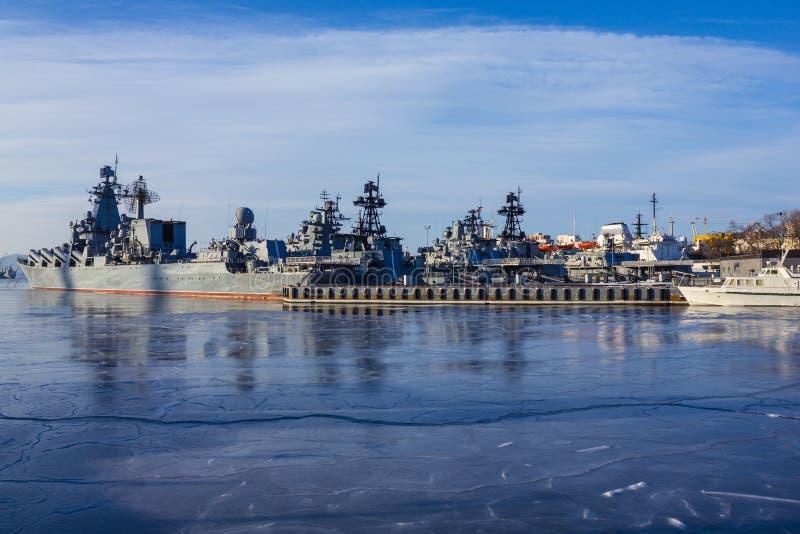 Navios de guerra no mar frio foto de stock
