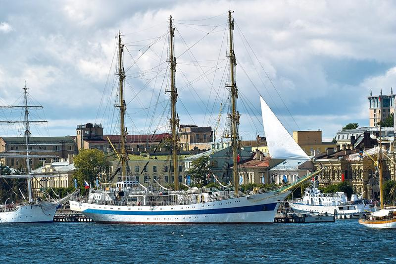 Navios de navigação na cidade velha fotografia de stock