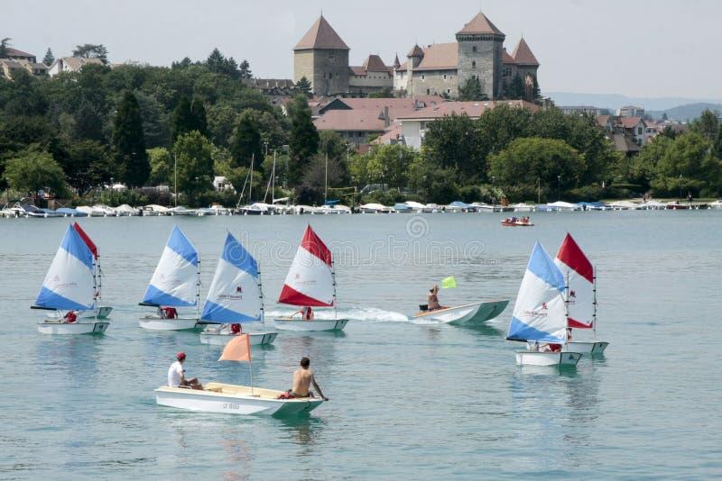Navios de navigação na parte dianteira um castelo no lago de Annecy foto de stock