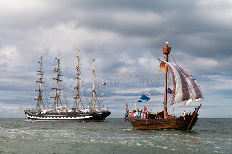 Navios de navigação no mar Báltico em Rostock (Alemanha) imagem de stock royalty free