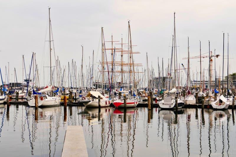Navios de navigação no porto Travemuende imagem de stock royalty free