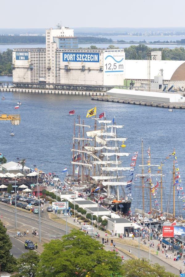 Navios de navigação pela terraplenagem de Chrobry em Szczecin imagens de stock royalty free