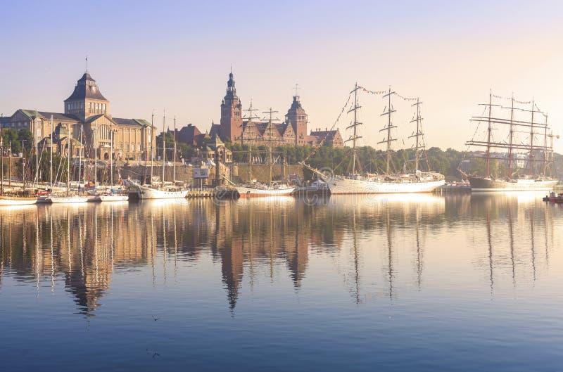 Navios de navigação pela terraplenagem de Chrobry em Szczecin no nascer do sol fotos de stock