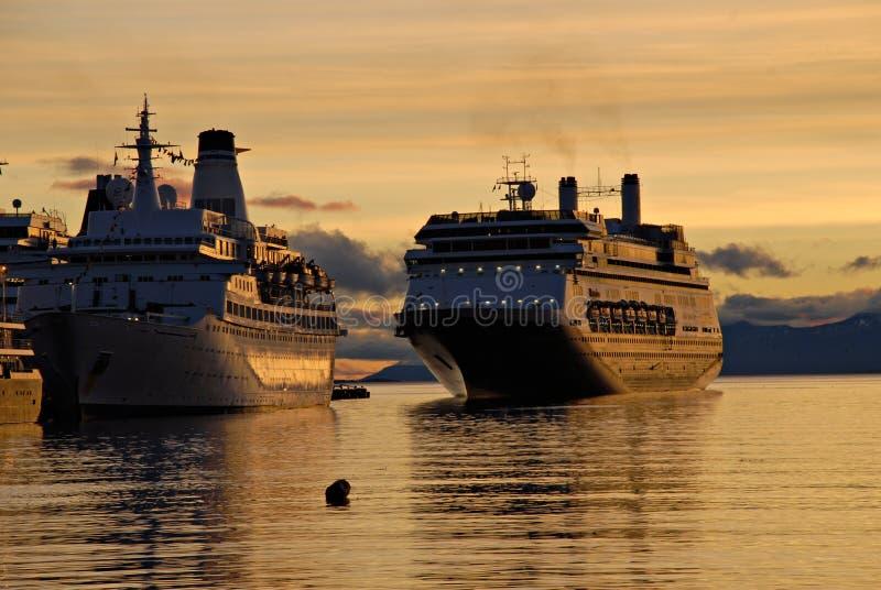 Navios de passageiro grandes em Ushuaia. foto de stock