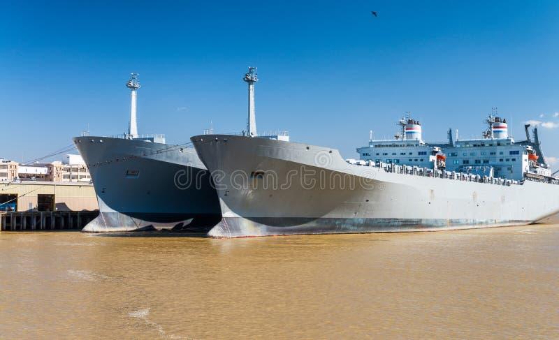 Navios do gigante no rio Mississípi, Nova Orleães imagens de stock royalty free
