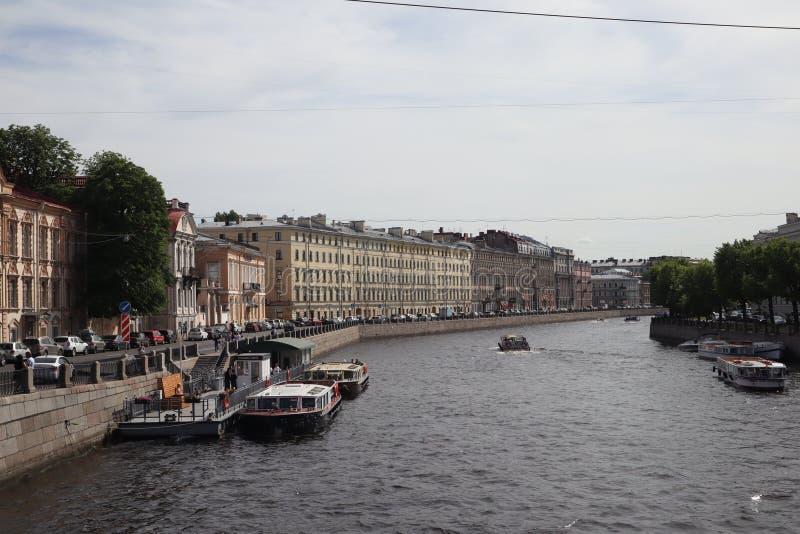 Navios do turista no rio na cidade Cruzeiro em um navio no verão St Petersburg, Rússia Barcos do cruzeiro do rio Vista panor?mica fotografia de stock royalty free