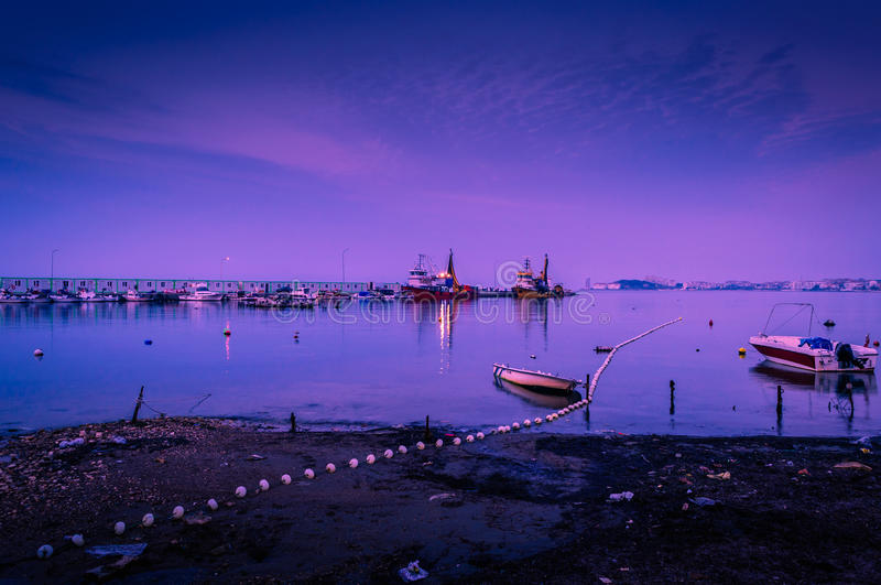 Navios dos pescadores na linha costeira fotos de stock royalty free