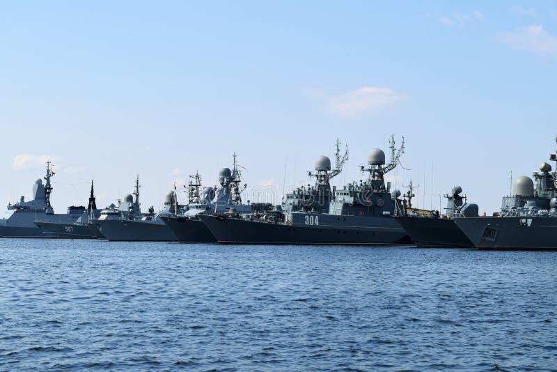 Navios na baía em Kronstadt fotos de stock royalty free