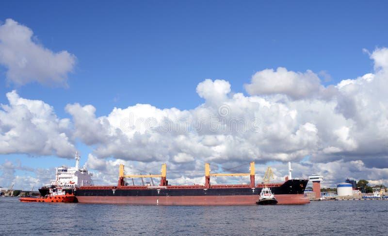 Navios na porta Klaipeda do mar Báltico foto de stock
