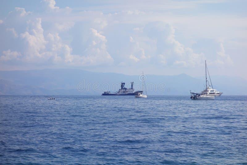 Navios no mar Ionian imagens de stock