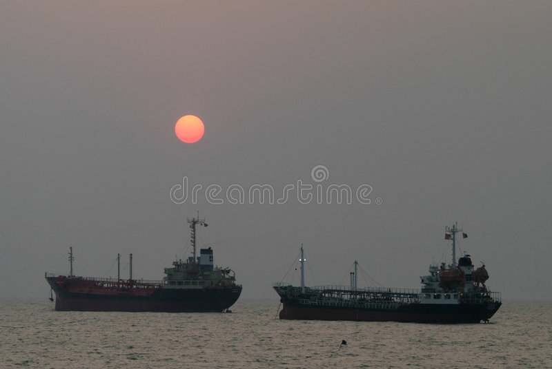 Navios no por do sol imagem de stock