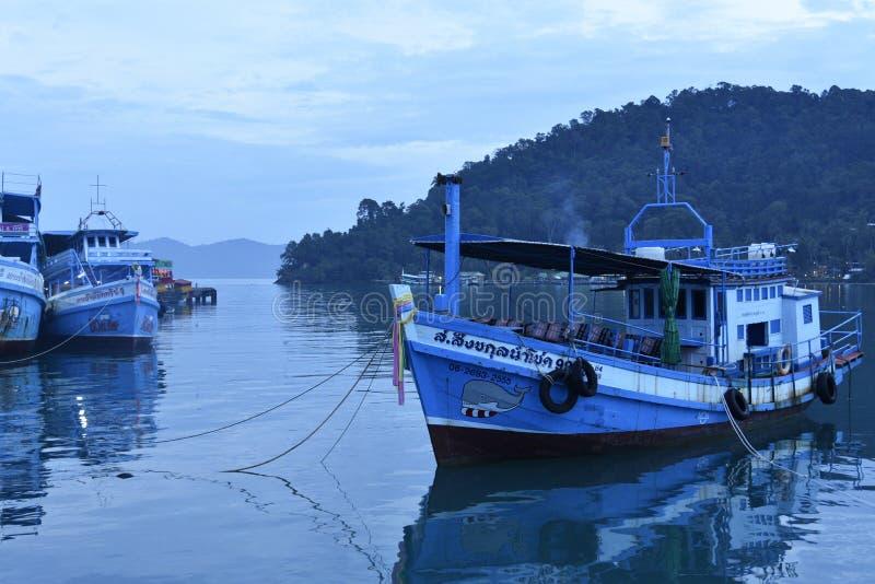 Navios no porto do ko Chang Thailand foto de stock