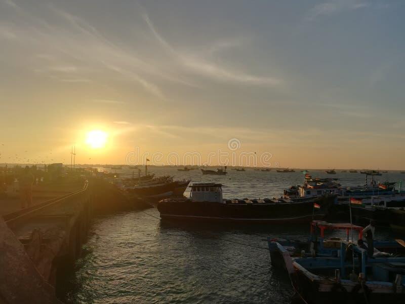 Navios perto do porto no amanhecer fotografia de stock royalty free