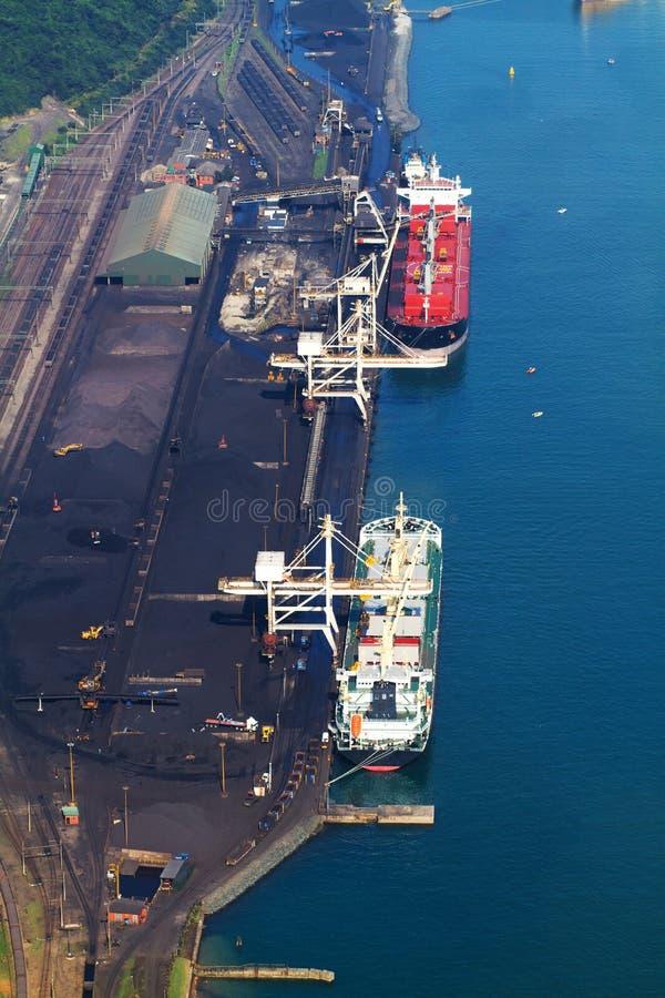 Navios que carregam o carvão foto de stock