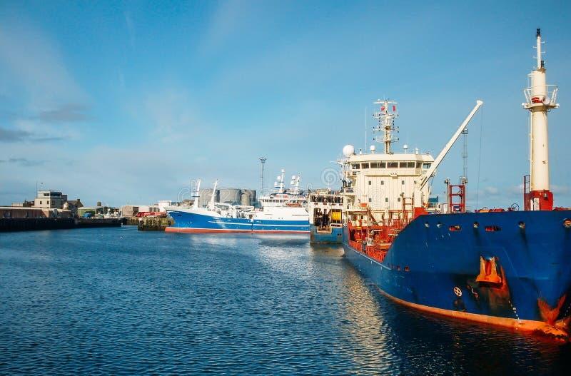 Navios sísmicos da embarcação no mar de espera do óleo do porto que procura o trabalho imagem de stock royalty free