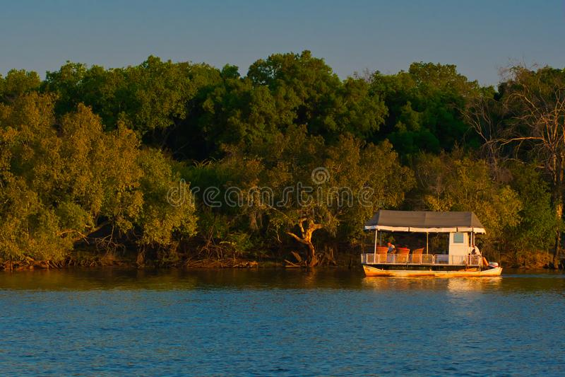 Navios Zambezi River de cruzamento do safari imagens de stock