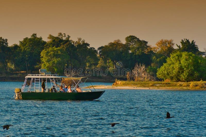 Navios Zambezi River de cruzamento do safari imagens de stock royalty free