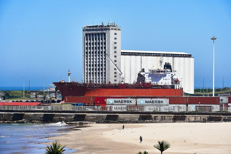 Navire cargo à Freight Port, East London image libre de droits