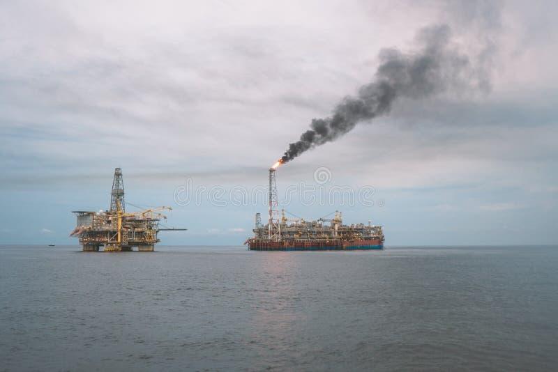 Navire de bateau-citerne de FPSO près de plate-forme de plate-forme pétrolière Pétrole marin et industrie du gaz photo stock