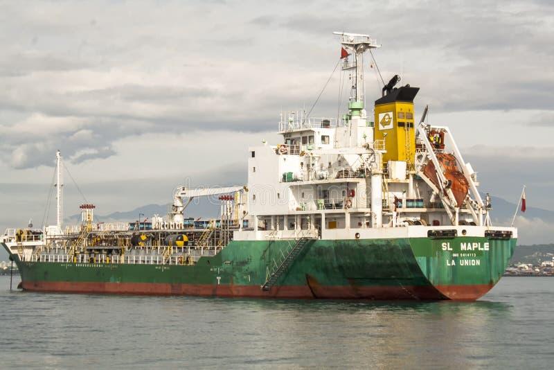 Navire de charge laissant le port de Sasa dans la ville de Davao, Philippines photo stock