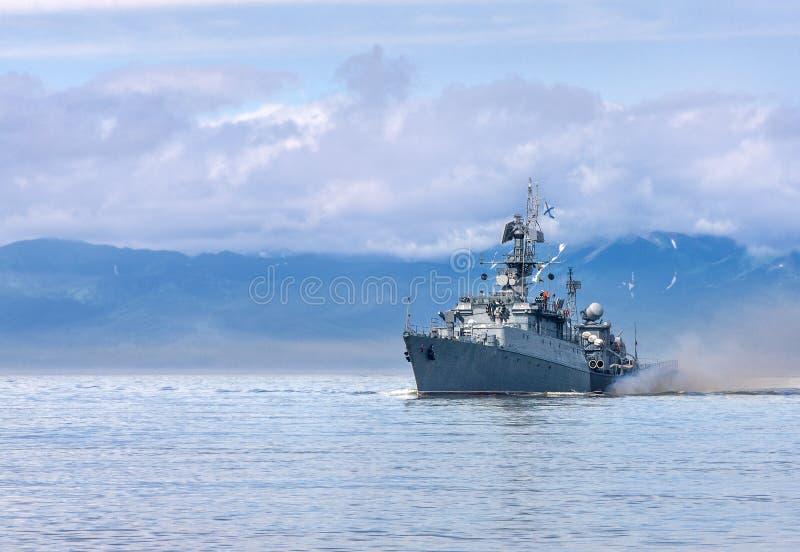 Navire de guerre russe allant le long de la côte photographie stock libre de droits